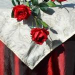 Asztalterítő - bordó taft hímzett krémszínű középpel