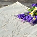 Asztalközép - krémszínű, hímzett