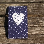 Kékfestő, apró virágos papírzsebkendő tartó