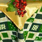Csomag mintás karácsonyi terítő - zöld, fehér, arany