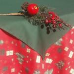 Csomag mintás karácsonyi abrosz - piros alapon mintás