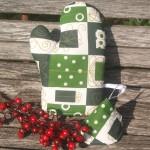 Karácsonyi edényfogó kesztyű - csomagmintás, zöld