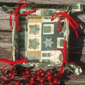 Zöld mintás karácsonyi kenyérkosár - piros masnis