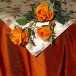 Ünnepi asztalterítő narancs - virágos középpel