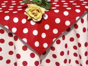 Asztalterítő garnitúra - pöttyös - fehér, piros pöttyökkel