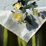 Ünnepi asztalterítő zöld - hímzett krém középpel