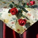 Alkalmi asztalterítő bordó - virágos selyem középpel