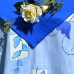 Kék virágos asztalterítő