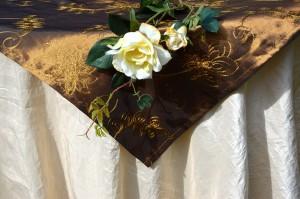 Asztalterítő - bézs taft, barna hímzett középpel
