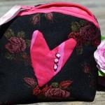 Kis piperetáska - fekete, pink szivecskés
