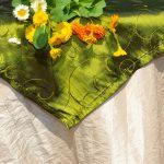 Alkalmi asztalterítő (csont szín) - zöld indás középpel