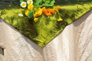 Csontszínű terítő zöld középpel - hímzett indással