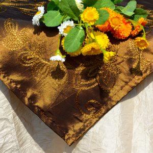 Alkalmi asztalterítő (csont szín) - hímzett barna középpel