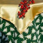 Arany fenyős karácsonyi asztalterítő - zöld alapon