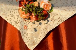 Narancs színű terítő drappal - hímzett indással