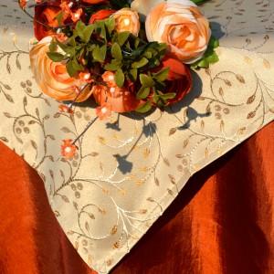 Ünnepi asztalterítő narancs - hímzett drapp középpel