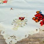 Karácsonyi asztalterítő ekrű - hímzett bordó gyertyás