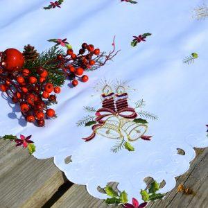 vKarácsonyi asztalterítő fehér - hímzett bordó gyertyás