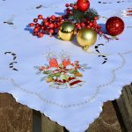 Karácsonyi asztalterítő fehér - piros harang hímzéssel