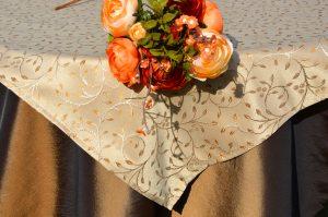 Alkalmi asztalterítő -barna, mogyorószínű indással