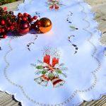 Karácsonyi asztali futó fehér - piros gyertya hímzéssel