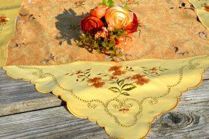 Asztalközép terítő - Sárga virágos 85x85 cm