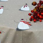 Karácsonyi asztalterítő - didergő hóemberkék, nyers színben