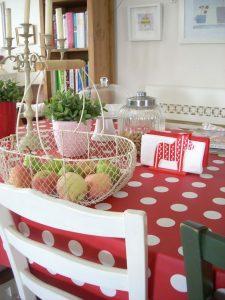 Pöttyös asztalterítő - retro a lakásban