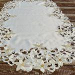 Karácsonyi asztalközép - krém színű mikulásvirág (120x60cm)