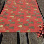 Karácsonyi asztali futó piros - fenyő mintás