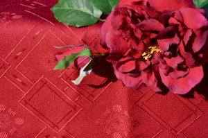 Egyszínű asztalterítő - bordó, kockás mintás