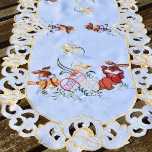Húsvéti asztali futó - nyuszik a réten 90x40 cm