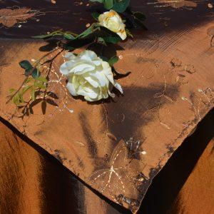 Alkalmi asztalterítő barna - barna hímzett középpel