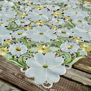 Asztalközép terítő - krémszínű virágos 85x85cm