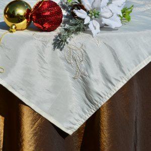 Alkalmi asztalterítő barna - hímzett krém középpel
