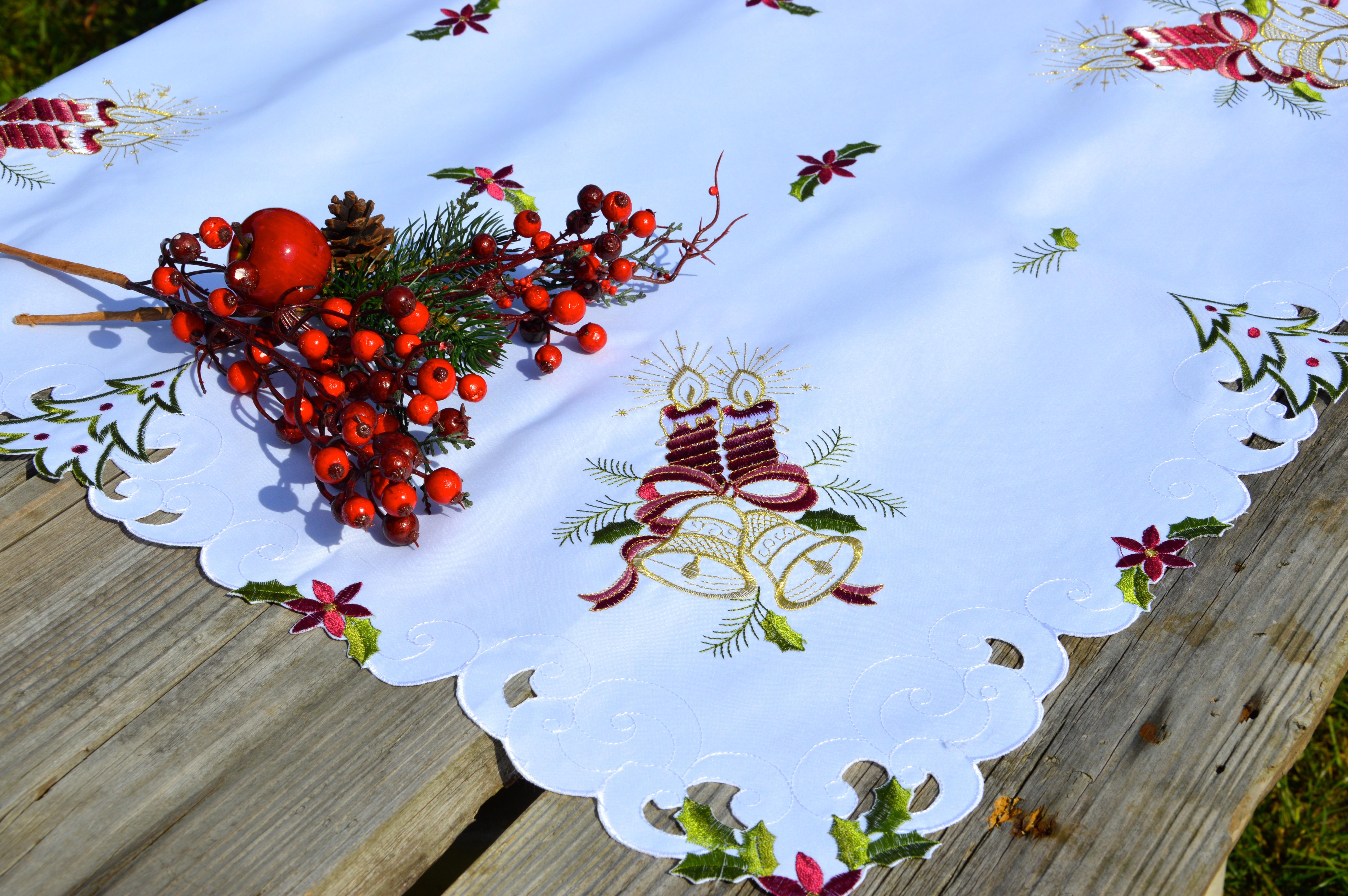 83851ee94b Karácsonyi asztalterítő fehér - hímzett bordó gyertyás - Evidensbolt