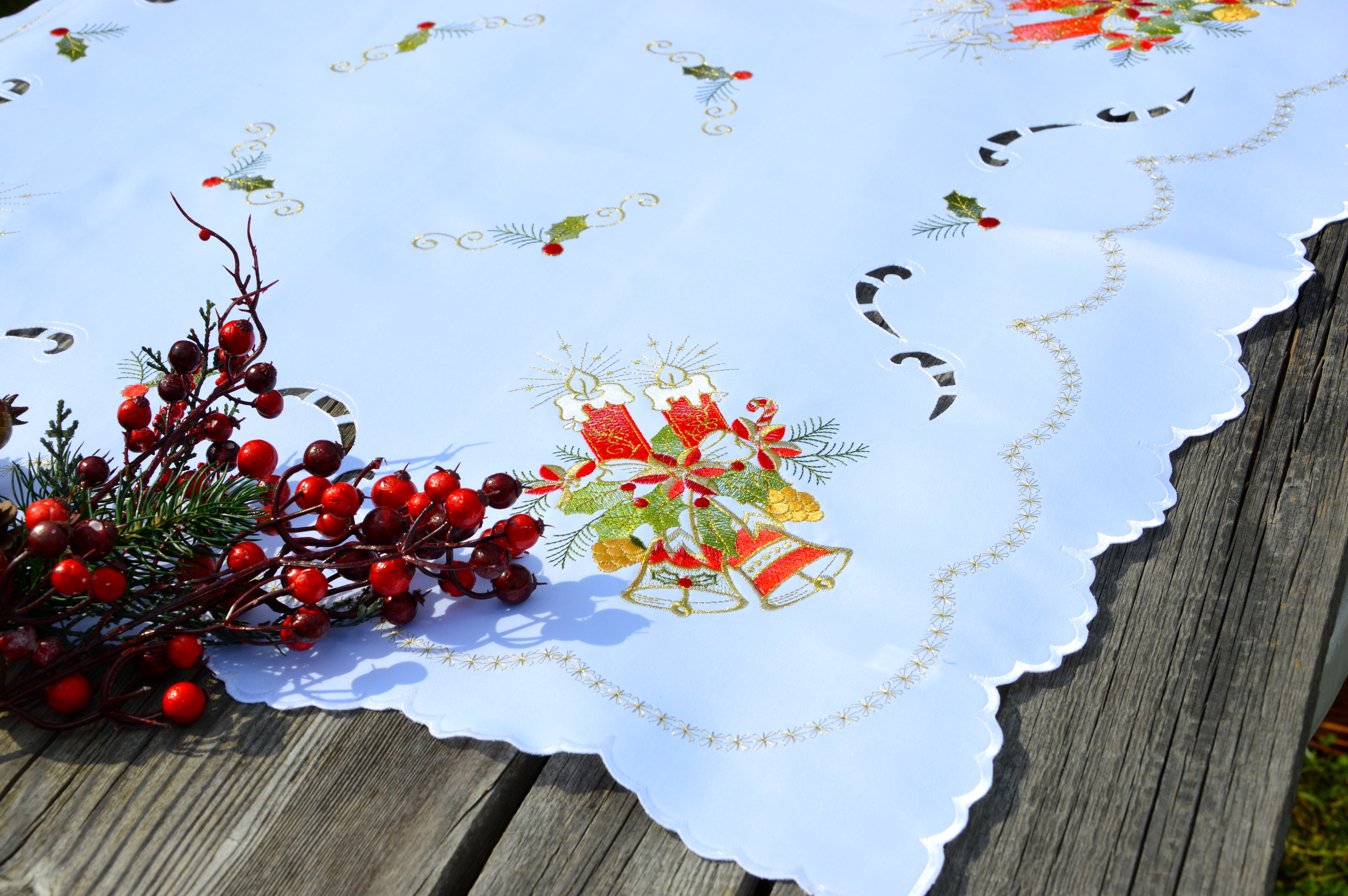 28f1bb5c1d Karácsonyi asztalterítő fehér - piros harang hímzéssel - Evidensbolt