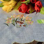 Húsvéti terítő - bujocskázó nyuszi a virágosban