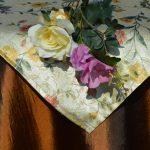 Alkalmi asztalterítő barna - virágos selyem középpel