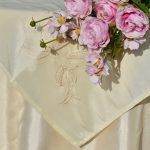 Alkalmi asztalterítő krém - krém hímzett középpel