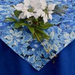 Karácsonyi asztalterítő kék - fehér mikulásvirágok
